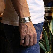 """着用画像2: ブラックフット族 James Faks 1"""" チェイシング スタンプ バングル"""