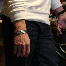 着用画像3: ブラックフット族 James Faks #1フラットワイヤー チェイシング スタンプ バングル