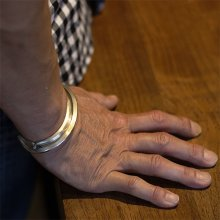着用画像3: ブラックフット族 James Faks #0 トライアングルワイヤー チェイシング バングル
