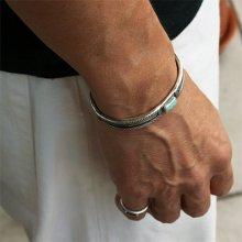 着用画像1: クリーク族 Jesse Robbins シャイアン コインシルバー フラットトップ スタンプ バングル