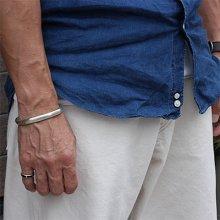 着用画像1: クリーク族 Jesse Robbins コインシルバー ヘビーゲージ サイドスタンプ バングル