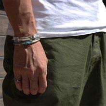 着用画像2: クリーク族 Jesse Robbins シャイアン コインシルバー トライアングル スタンプ バングル