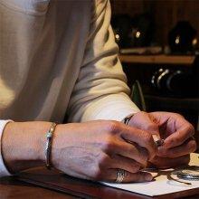 着用画像1: クリーク族 Jesse Robbins  シャイアン コインシルバー トライアングル スタンプ ナロー バングル