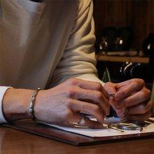 着用画像1: クリーク族 Jesse Robbins  シャイアン コインシルバー トライアングル サイドスタンプ ナロー バングル