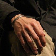 着用画像1: クリーク族 Jesse Robbins コインシルバー チゼルワーク テーパー バングル
